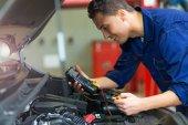 Mechanik pracuje na motoru v automatické opravna