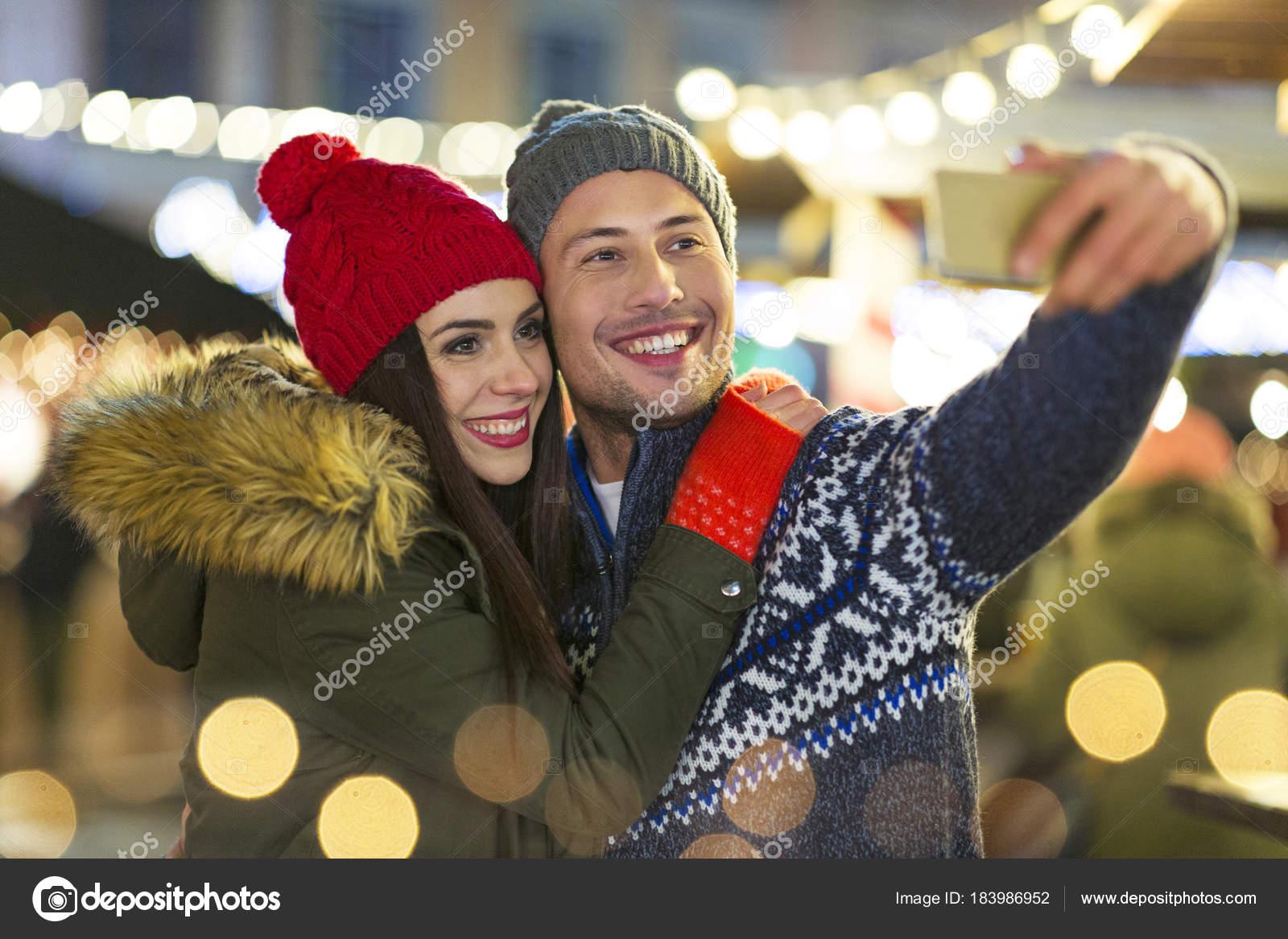 Junge Paare Die Spaß Freien Der Weihnachtszeit — Stockfoto ...