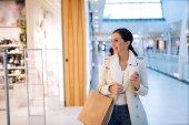 kvinna shopping i köpcentrum