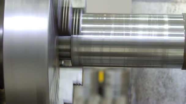 A eszterga gyártja a fém alkatrészt a gyárban. A munkadarab feldolgozása esztergapadon. Fémeszterga. Nehézipari mechanikai berendezések. 4k