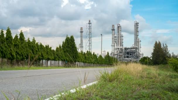 Zeitraffer der petrochemischen und chemischen Anlage industriell mit Straße und öffentlichen Auto- und LKW-Transport Straße zu Chemieanlage zur Lieferung von Kraftstoff, Rohmaterial und Ausrüstung für Unternehmen