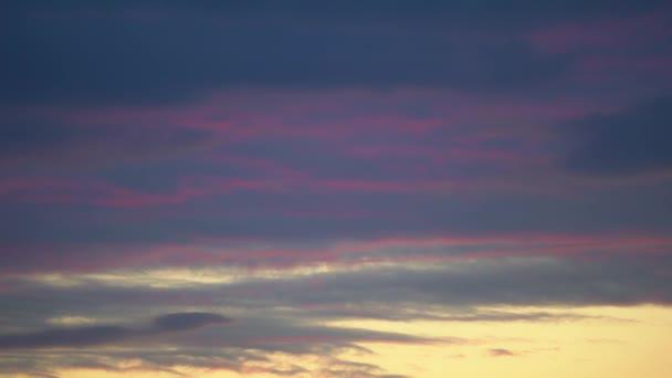 Drámai égbolt. Az idő 4k. Naplemente lila rózsaszín sötétkék, narancs, vörös felhők