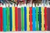 Dřevěný plot z obrovské barevné tužky