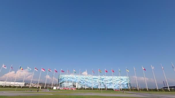 Oroszország, Szocsi, 2019. október: Park (falu) a 2014-es téli olimpia egyik fő helyszíne. Jéghegy téli sportok Palotája jégarénával, edzőpálya műkorcsolyázáshoz és rövid pályákhoz.