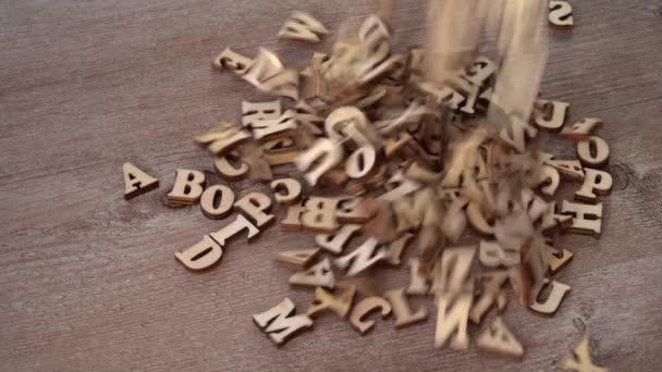 Dřevěná písmena na dřevěném pozadí. anglická abeceda