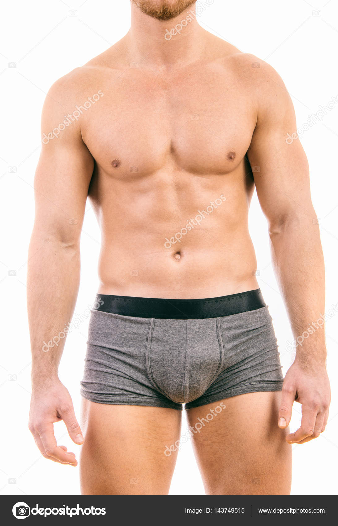 81c577c8892bab Homem jovem musculoso vestindo cuecas boxer isoladas no branco est ...