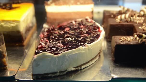 vynikající dezert, detailní pohled na dorty v vitríně