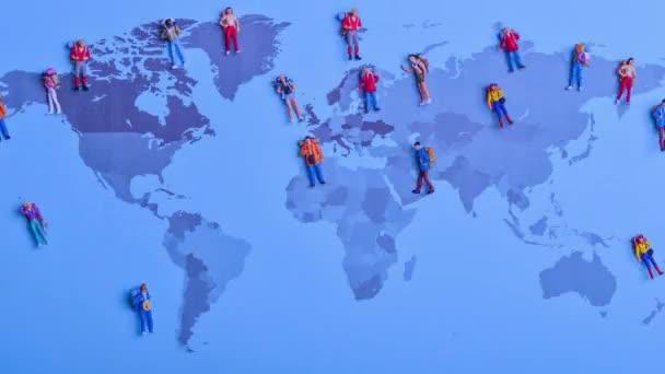 Zastavit pohyb batohem cestovatele navštívit různé země v konceptu světové mapy - statické záběry