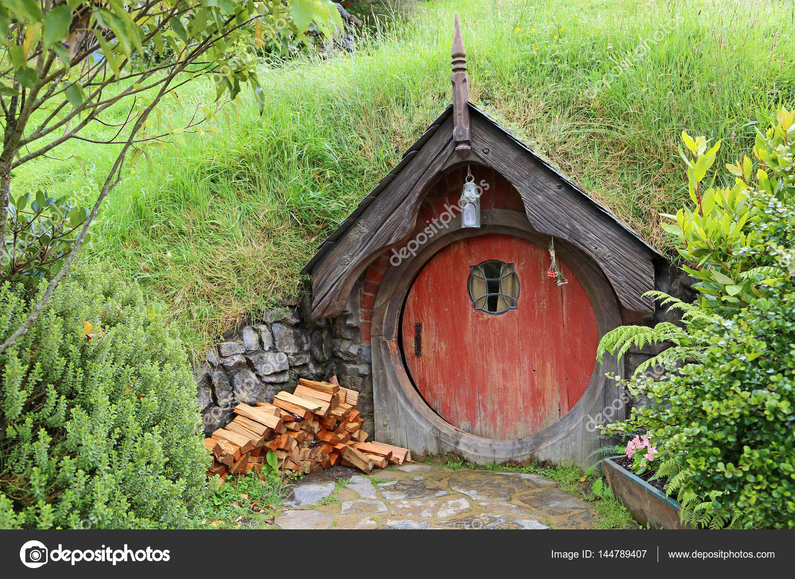 hobbit haus mit holzstapel redaktionelles stockfoto kojoty 144789407. Black Bedroom Furniture Sets. Home Design Ideas