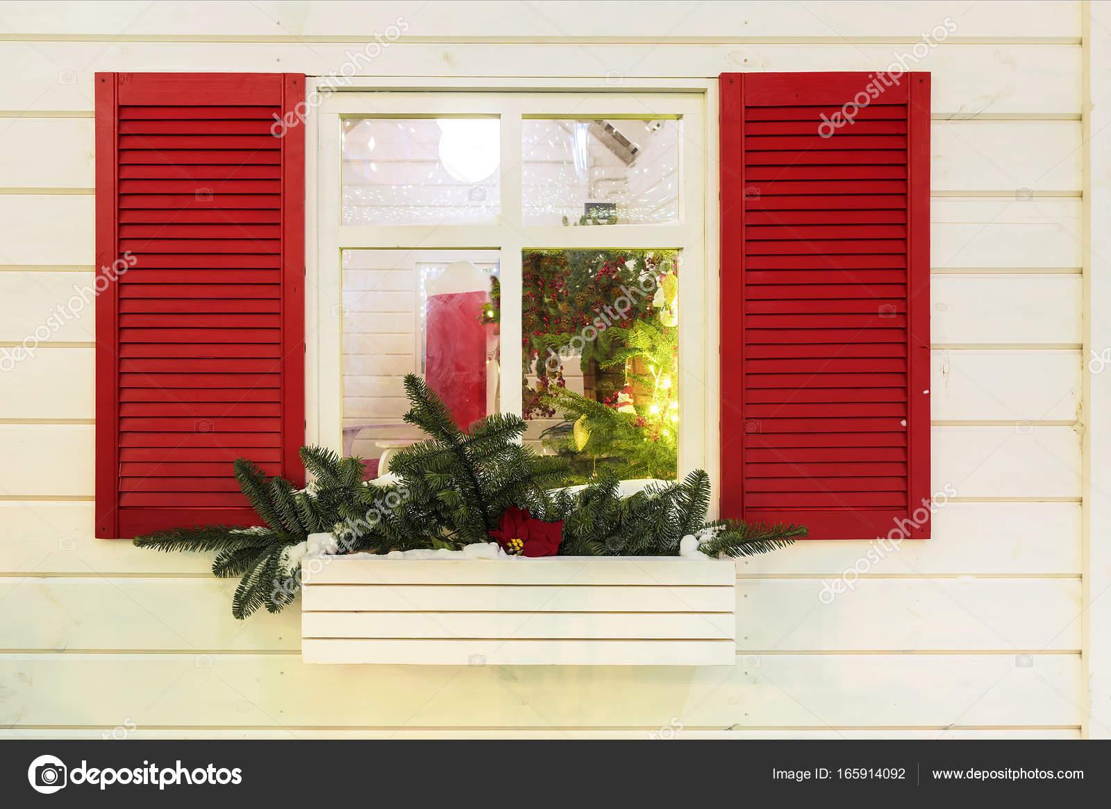 Decorazione Finestre Per Natale : Finestra con persiane rossi decorato per natale u2014 foto stock © deb