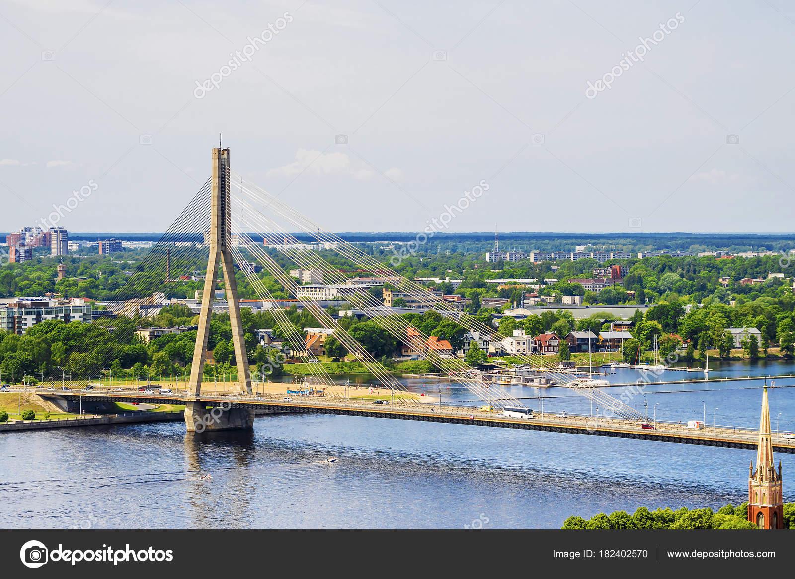 Riga, ラトビアのダウガヴァ川を...