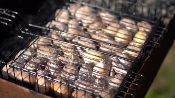 A pácolt gombák grillsütőn grilleznek, közelről.Nyári piknik / barbecue