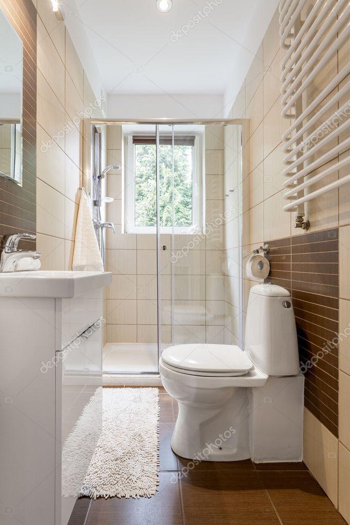 Interior de cuarto de ba o peque o y funcional fotos de for Baneras pequenas medidas