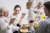 Fotografie Familie hebt Gläser zum Toast