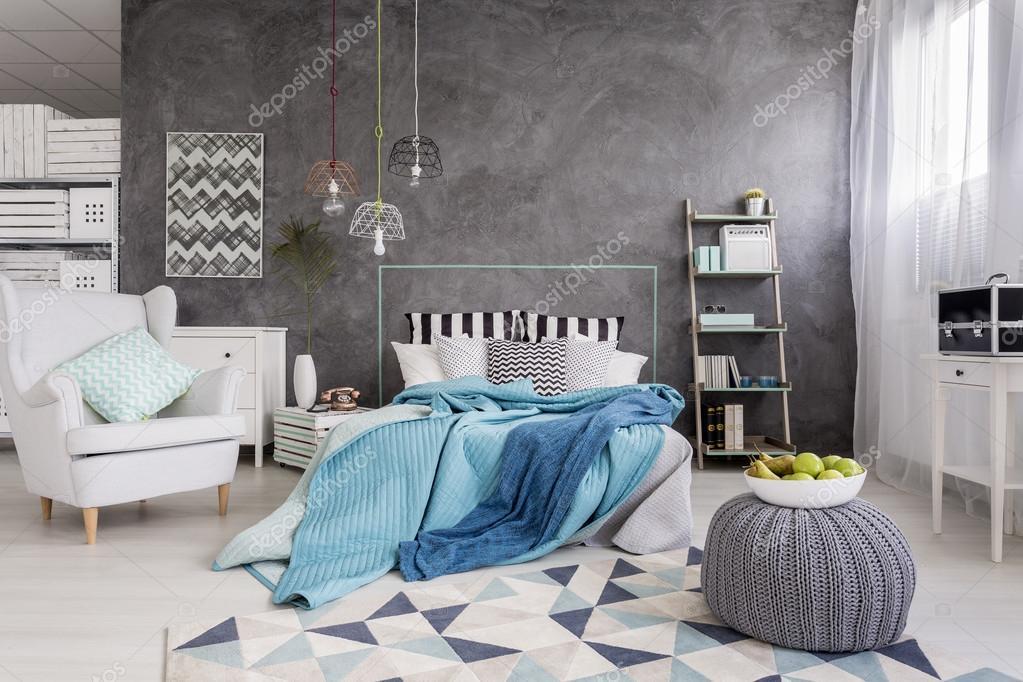 Schlafzimmer Mit Kuscheligen Bett Stockfoto C Photographee Eu