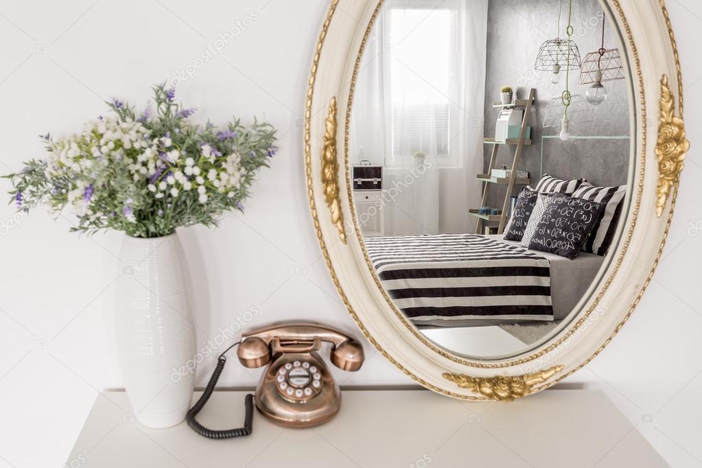 Spiegel Staand Zwart : Klassieke spiegel staand naast een vintage telefoon en witte vaas