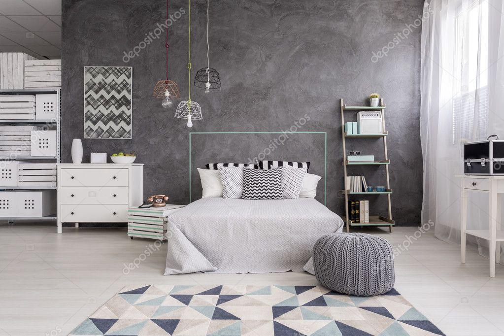 Slaapkamer interieur met een modern tapijt — Stockfoto ...