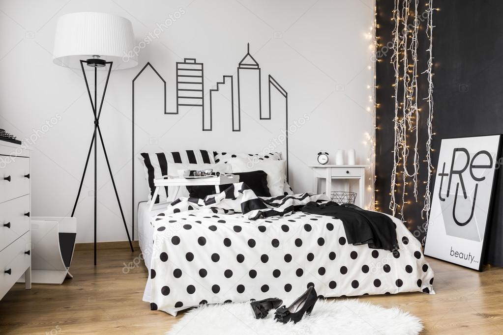 Dormitorio blanco y negro foto de stock photographee for Dormitorio para padres en blanco y negro