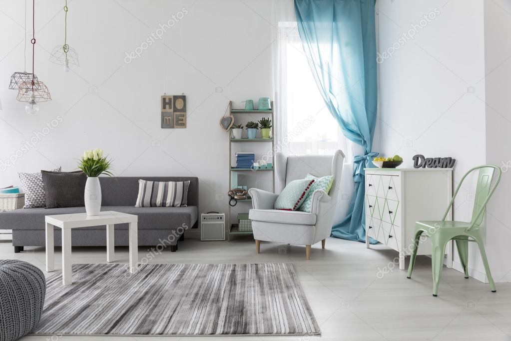 Woonkamer interieur met lichte muren en vloer — Stockfoto ...
