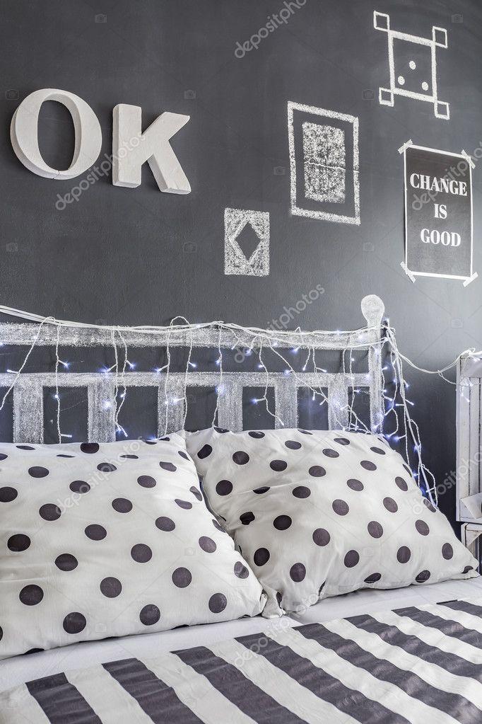 Décoration murale tableau noir dans une chambre noir et blanche ...