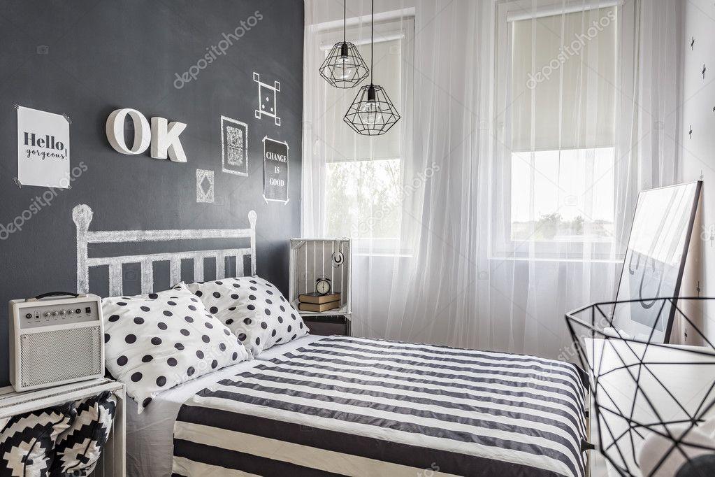 Kleine gezellige zwart-wit slaapkamer — Stockfoto © photographee.eu ...