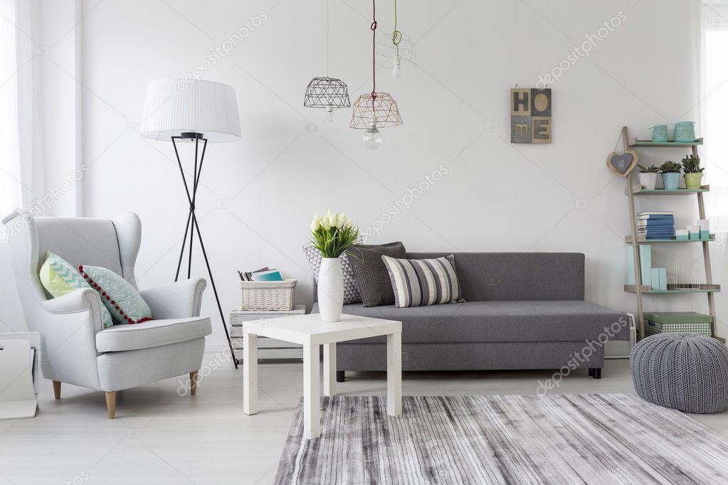 Moderne Wohnzimmer Interieur mit einem grauen Sessel — Stockfoto ...