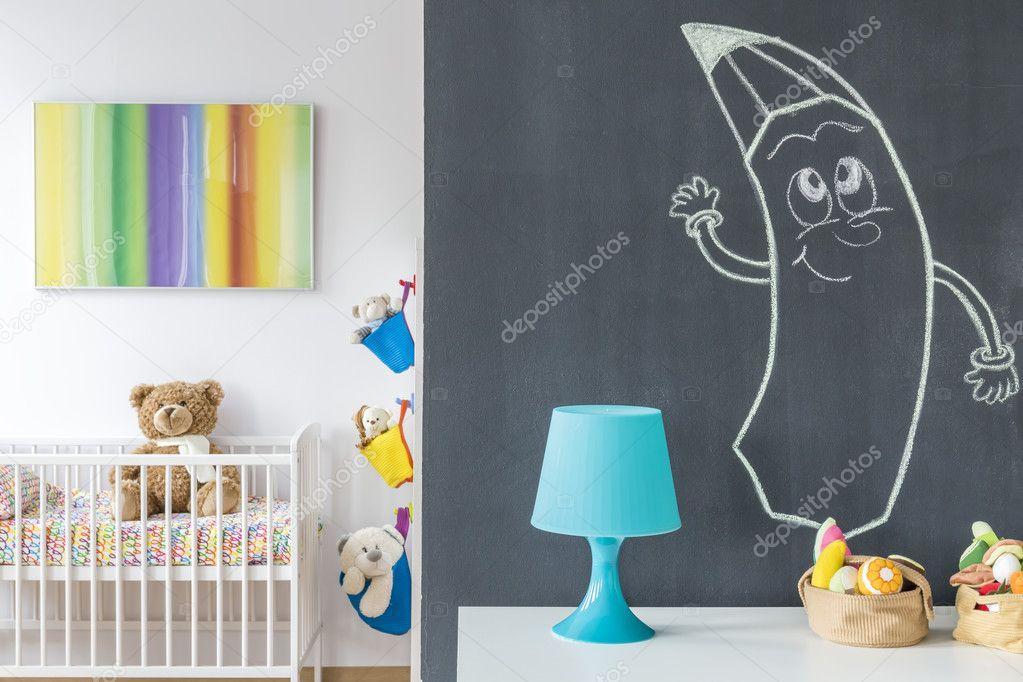 Nachtkastje Kinderkamer Afbeeldingen : Schoolbord muur met de tekening in de kinderkamer u stockfoto