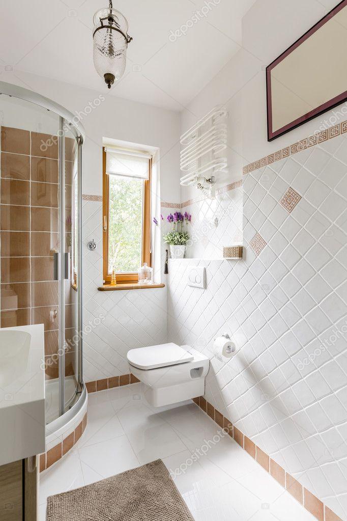 Badezimmer Interieur mit weißen Fliesen — Stockfoto © photographee ...