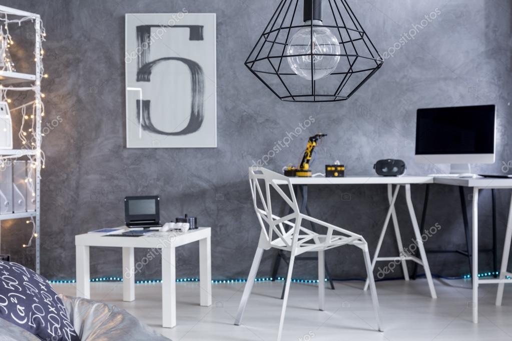 Espace bureau à la maison avec un mobilier minimaliste