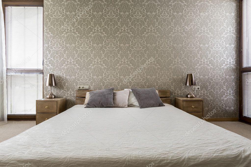 Schlafzimmer mit Kingsize-Bett — Stockfoto © photographee.eu #128480448