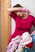 Reinigungshandschuhe tragen, die Wäsche waschen