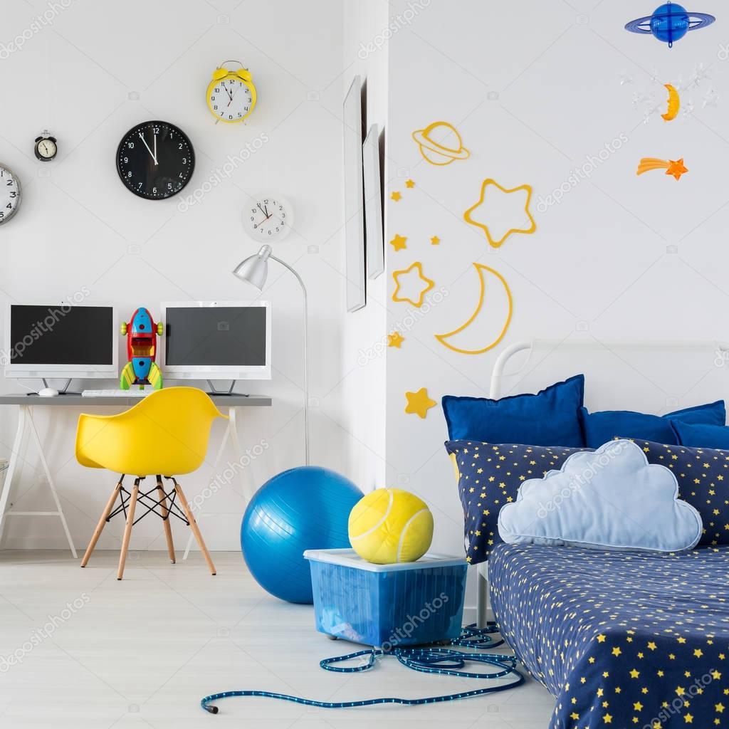 Helle Kinderzimmer Mit Bett Sessel Schreibtisch Stockfoto