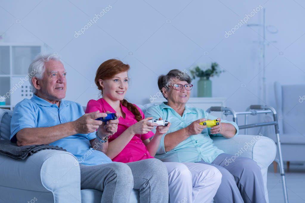 Residentes De Hogar De Ancianos Jugando Foto De Stock