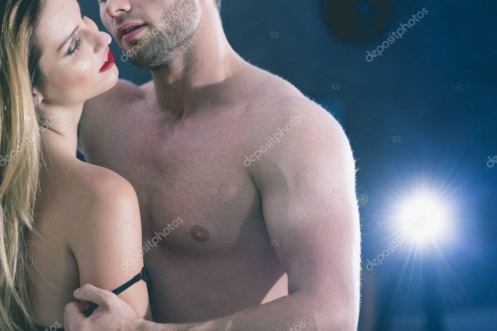 https://st3.depositphotos.com/2249091/12998/i/950/depositphotos_129984264-stockafbeelding-lovers-seksuele-spelletjes-in-slaapkamer.jpg