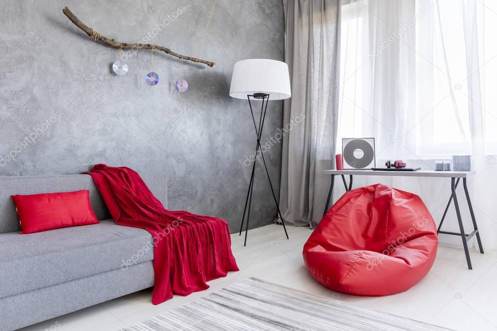 GrÃ¥ inredning med röd säck stol — Stockfotografi © photographee.eu ...