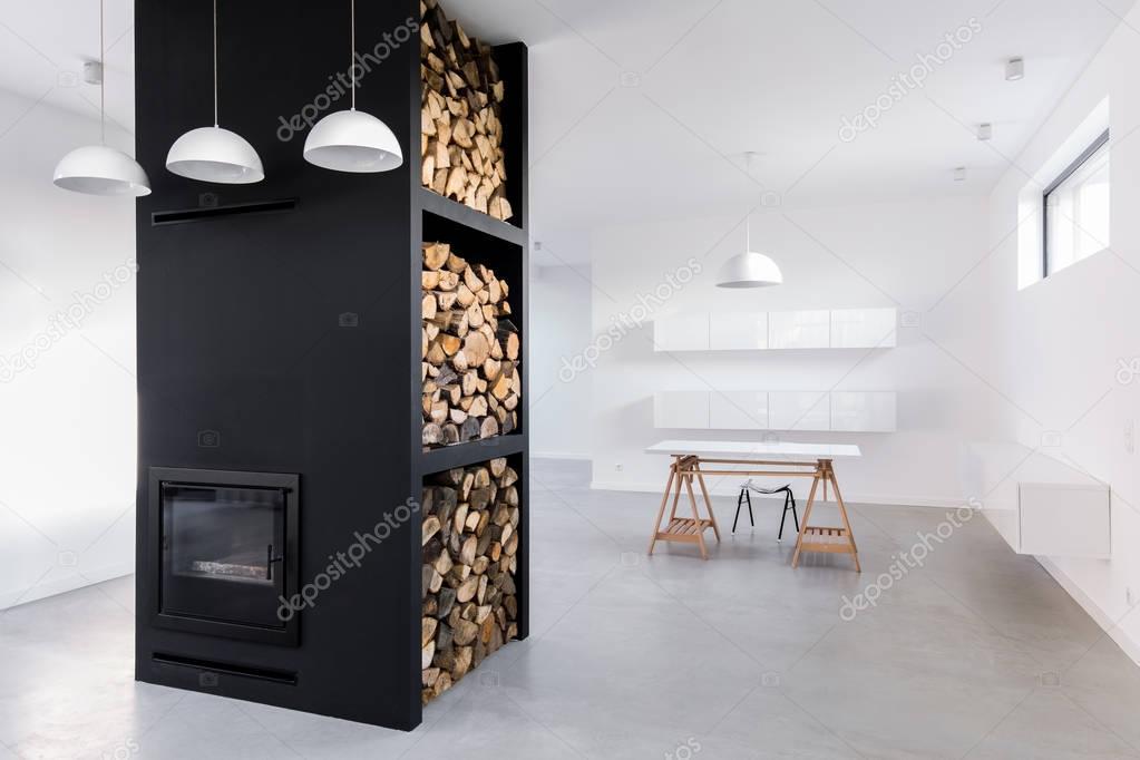 Ruime lichte kantoor aan huis en moderne open haard met brandhout