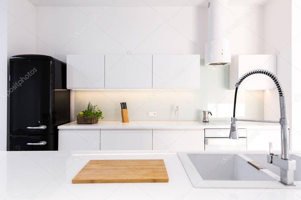 Wit lak keuken en zwarte retro koelkast u stockfoto photographee