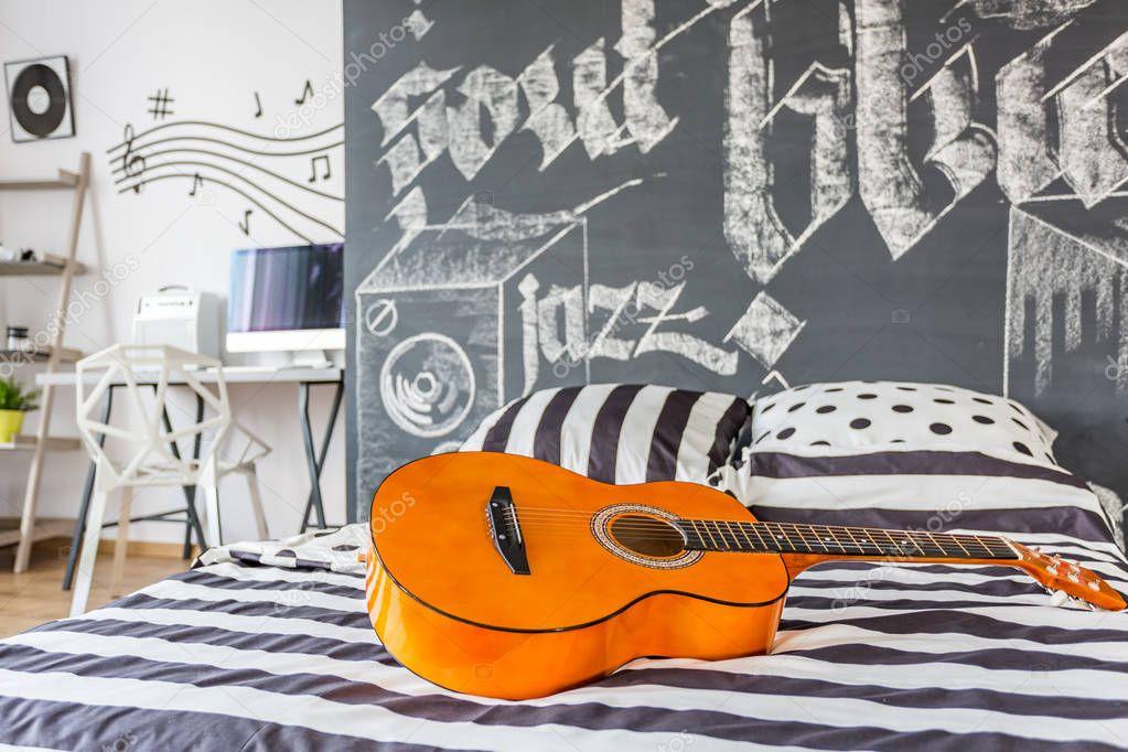 Muziek geïnspireerd slaapkamer — Stockfoto © photographee.eu #130508426