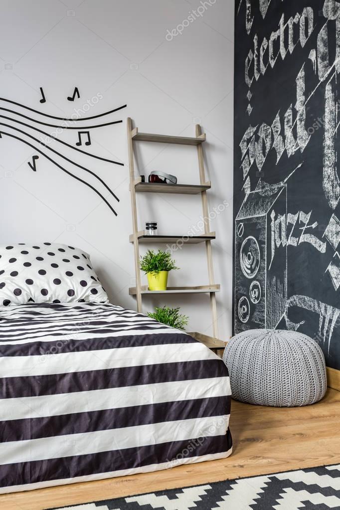 Slaapkamer met een schoolbord muur — Stockfoto © photographee.eu ...
