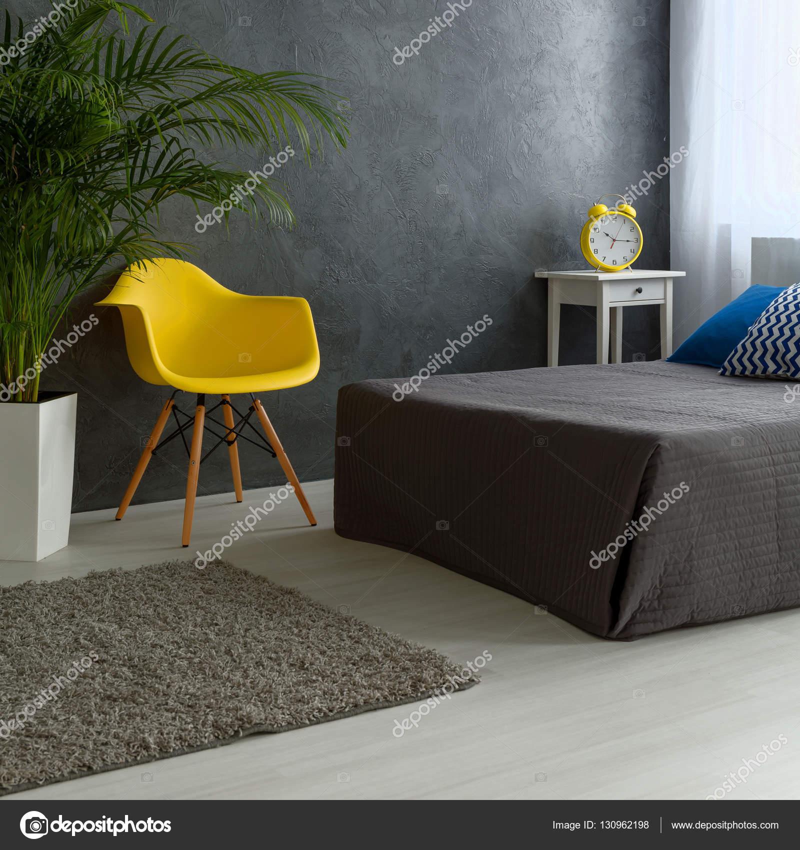 Camera da letto grigio con sedia gialla — Foto Stock ...