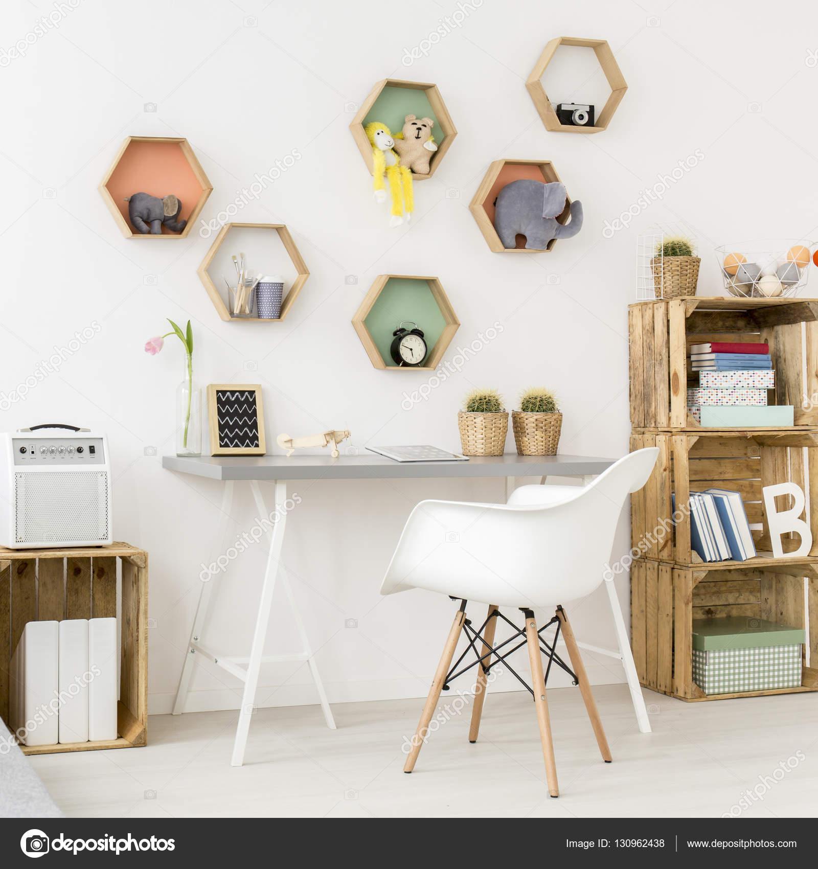 Schreibtisch in Teenager-Mädchen-Zimmer — Stockfoto © photographee ...