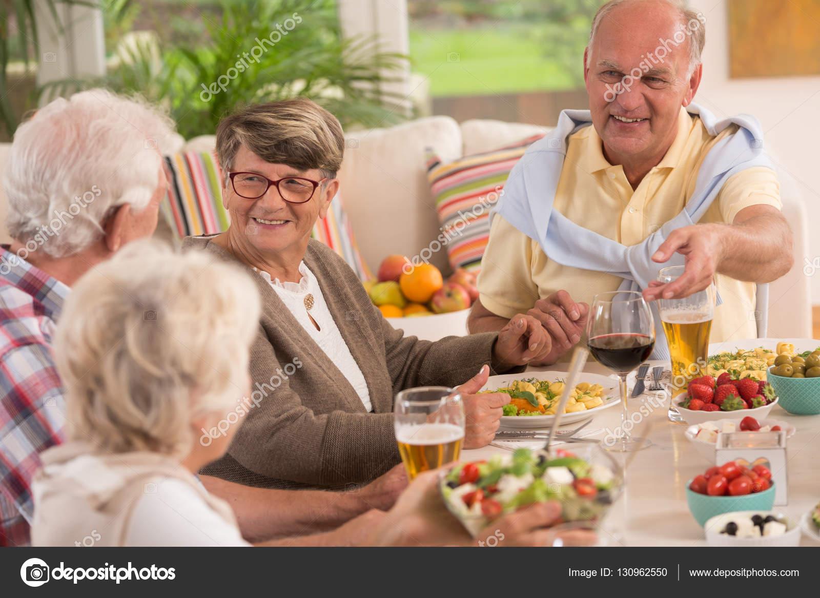 1c4ff85bfe50 Seniors απολαμβάνοντας ένα βραδινό γεύμα — Φωτογραφία Αρχείου ...