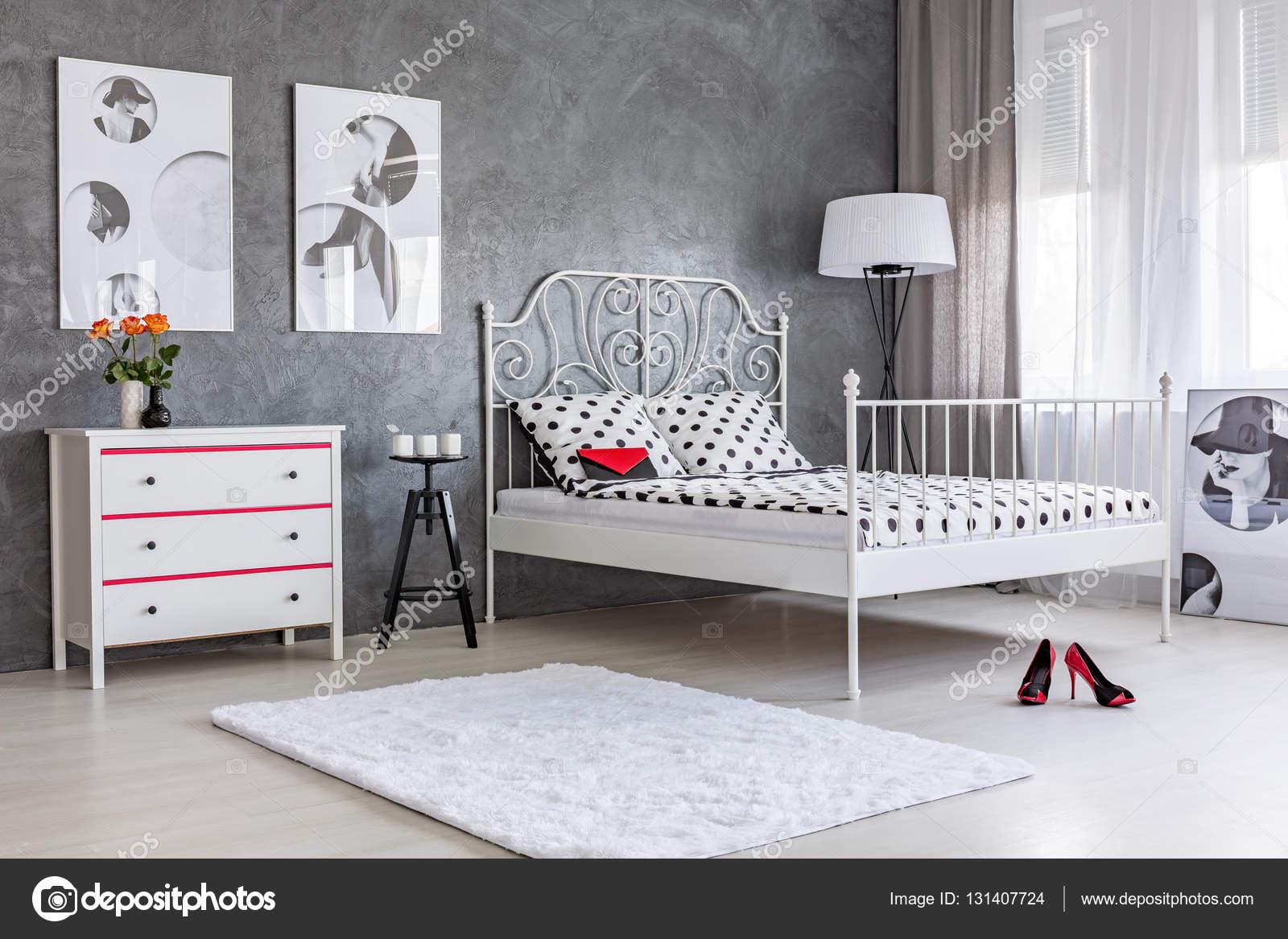 Camera da letto con stucchi a parete grigia — Foto Stock ...