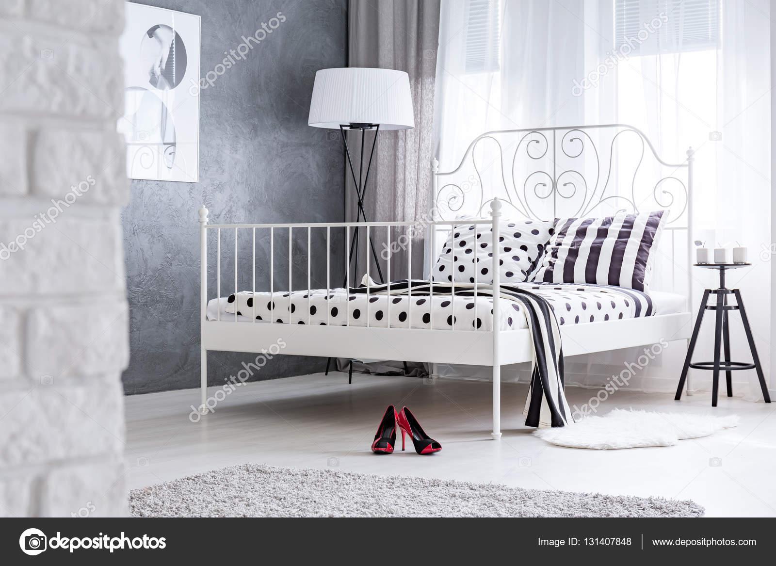 Feminine Schlafzimmer mit Metall Bett — Stockfoto © photographee.eu ...
