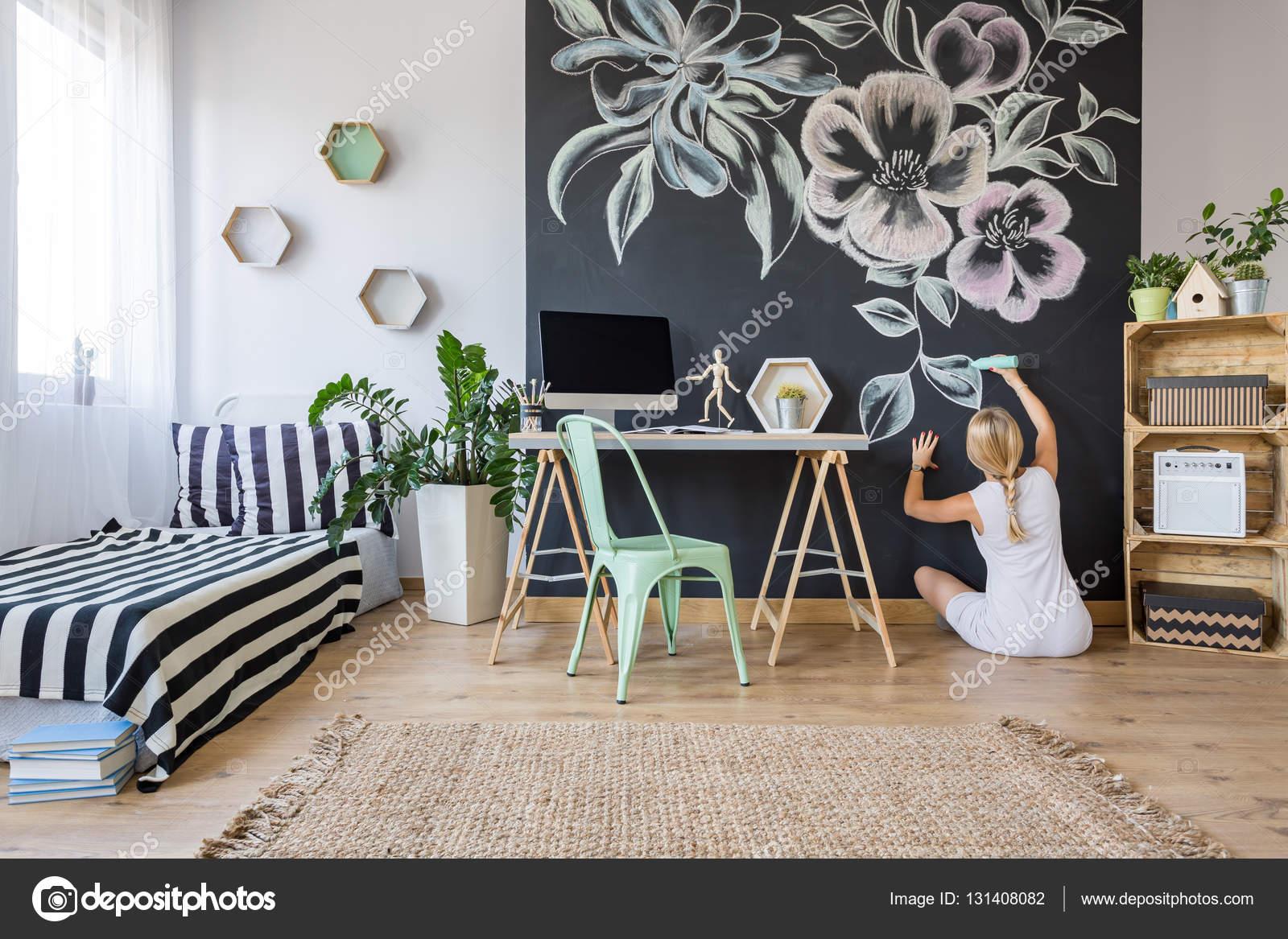 Parete Di Lavagna Prezzo : Donna che disegna sul muro della lavagna u foto stock