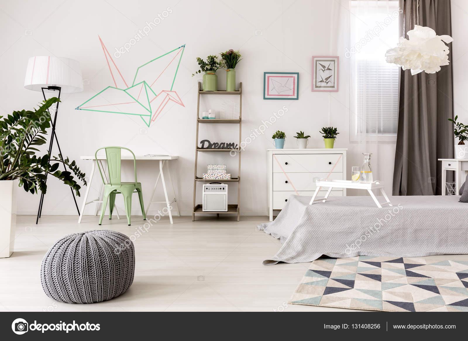 Modernes Zimmer mit kreativen Dekoration — Stockfoto © photographee ...