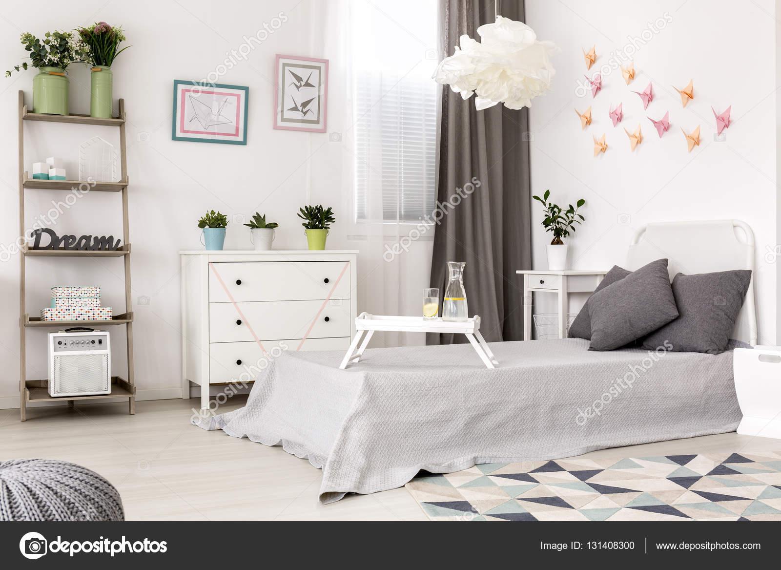 Slaapkamer met papieren decoratie aan de muur u stockfoto