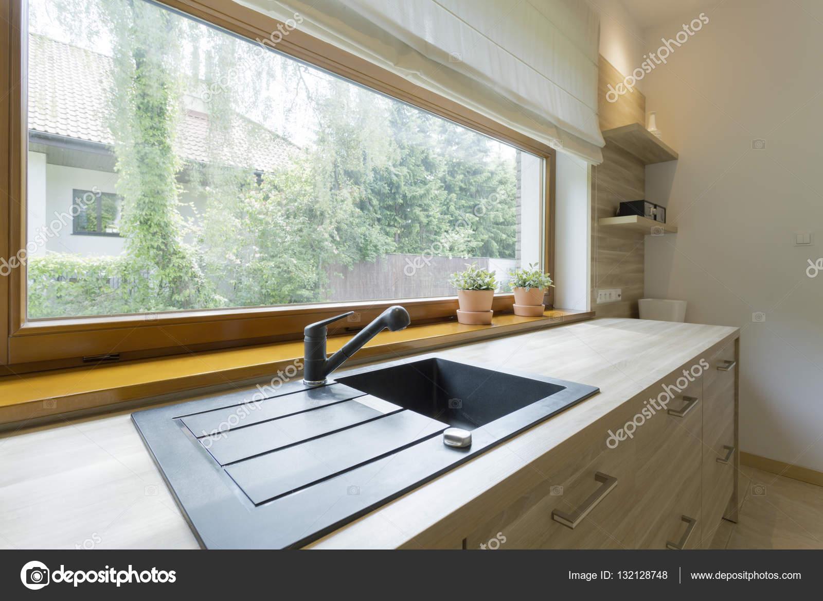 Cocina luminosa con vistas panorámicas del barrio — Foto de stock ...
