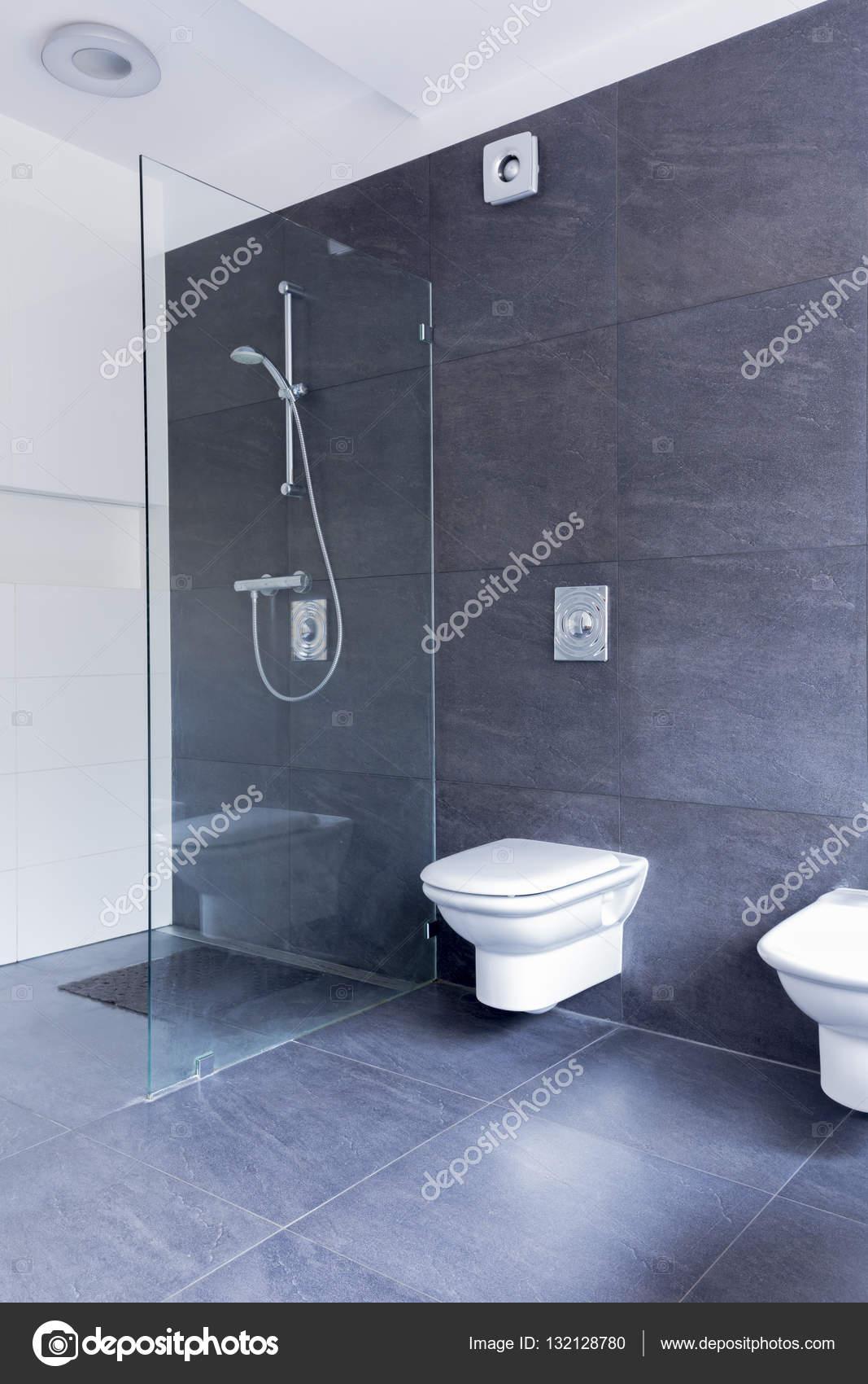 Ascetische badkamer combinatie van glas en graniet — Stockfoto ...