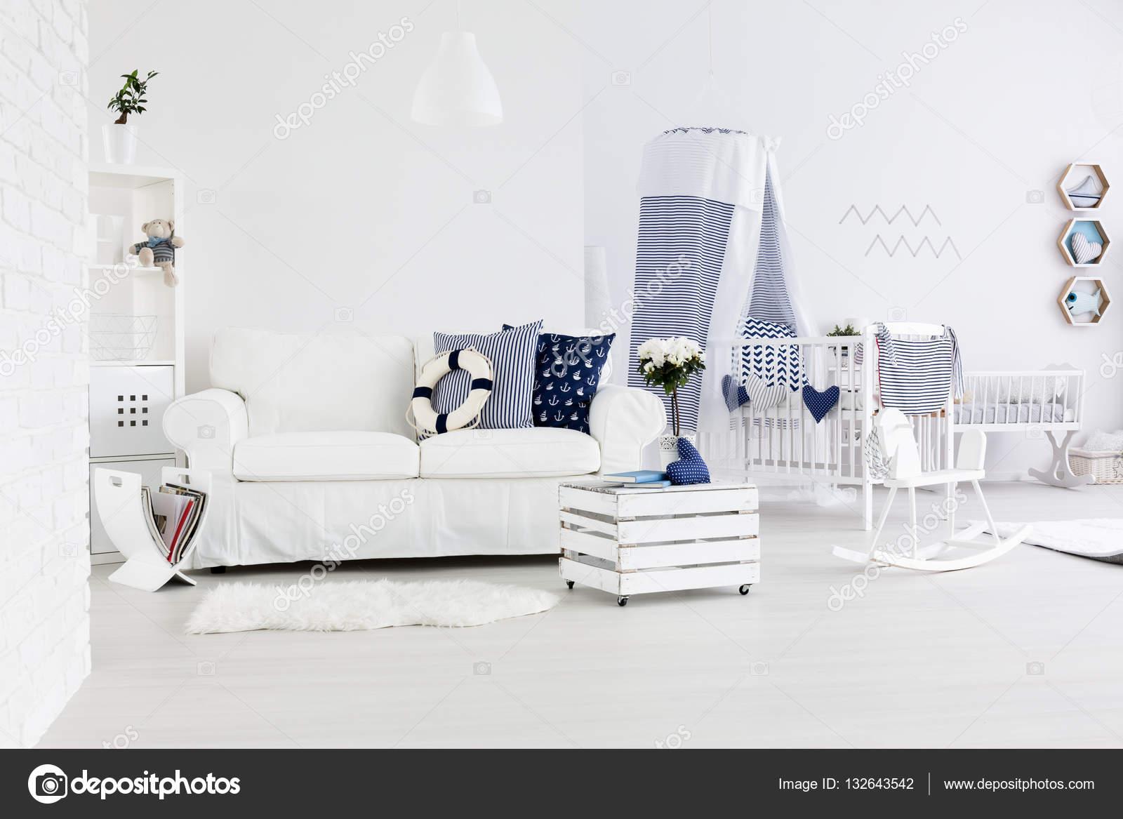 Divano Letto Per Bambino : Camera con divano e lettino per bambini u foto stock